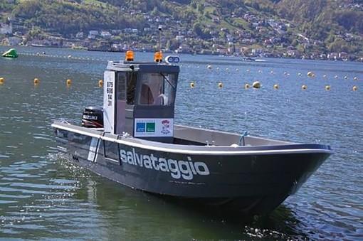 Si tuffa nel lago Maggiore e non riemerge