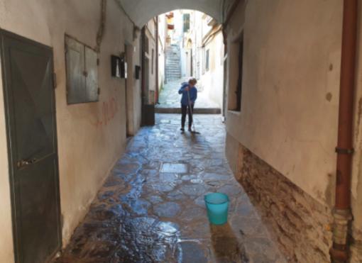 A Omegna un'altra notte all'insegna dell'inciviltà: vicoli scambiati per bagni pubblici