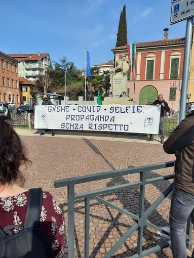 """""""Gusme + Covid + Selfie propaganda senza rispetto"""", striscione di Forza Nuova di fronte al Municipio di Arona"""