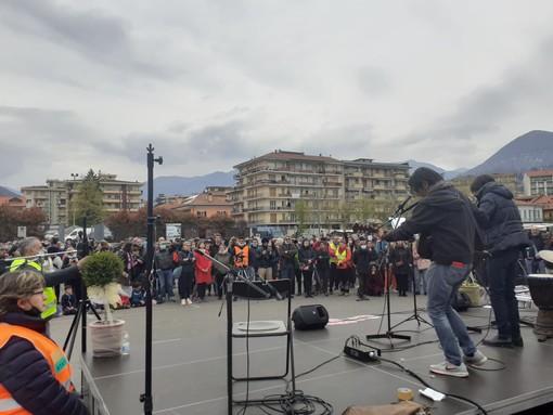 In molti oggi a Verbania per la manifestazione di 'Fuoco Rinascita Vco' FOTO