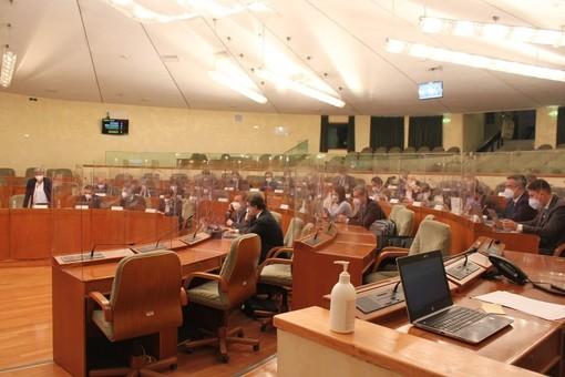 Il Consiglio regionale del Piemonte torna in presenza: in aula divisori in plexiglass e mascherine ffp2. FOTO e VIDEO