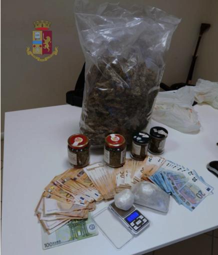 Aiuta un amico a traslocare ma sul furgone la Polizia trova nascosti 1 chilo di marijuana e 50 grammi di cocaina