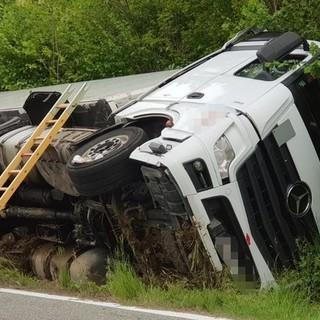 Perde il controllo del camion e finisce fuori strada a Gattinara