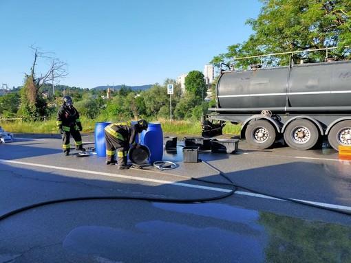 Intra, perdita di acido cloridrico da una cisterna: evacuate alcune case per una nube tossica. FOTO