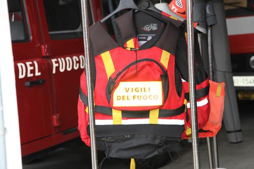 I Vigili del fuoco salvano un cane intrappolato in un cunicolo sul lungolago